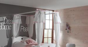 Łóżko dla dziewczynki z baldachimem