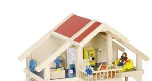 Drewniany domek dla lalek z werandą