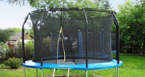 trampolina z siatką do zabawy dla dzieci